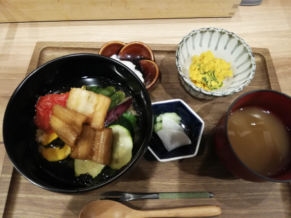 穴子と夏野菜の冷やし出汁茶漬け